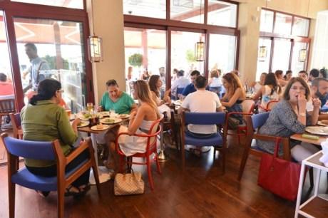 Οι εκπρόσωποι των ΜΜΕ απολαμβάνουν πιάτα με μεσογειακό άρωμα που επιμελήθηκε ο Δ. Σκαρμούτσος