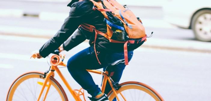 Bezpieczny rowerzysta na jezdni