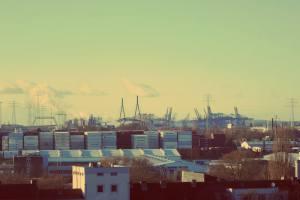 Hamburg Wilhelmsburg. Blick vom Energiebunker auf Elbphilharmonie und Michel