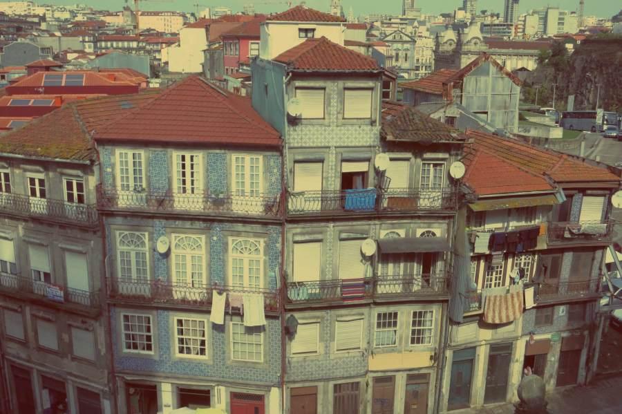 Bunte Haeuserfassade in Porto, Portugal