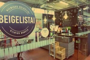 Vilnius in Litauen. Beigelistai. Bagel-Laden im Hales Turgus Markt in Vilnius