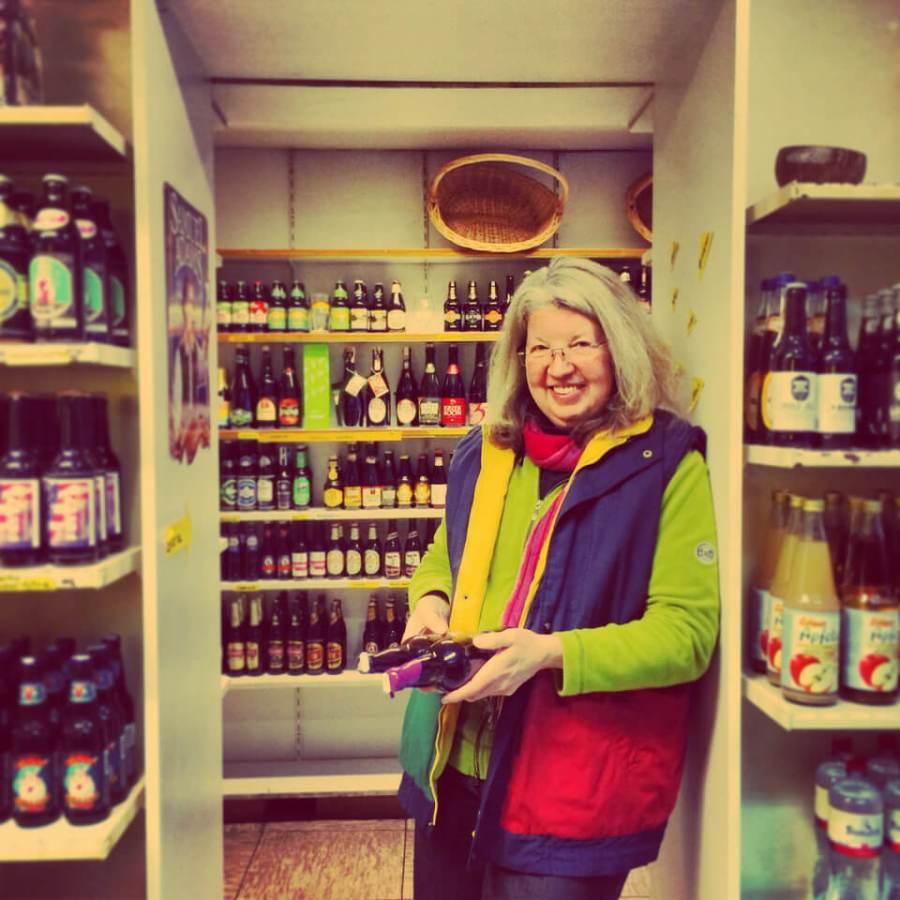 Esther Isaak de Schmidt-Bohländer in ihrem Bierland, dem ersten Bierfachgeschäft in Hamburg