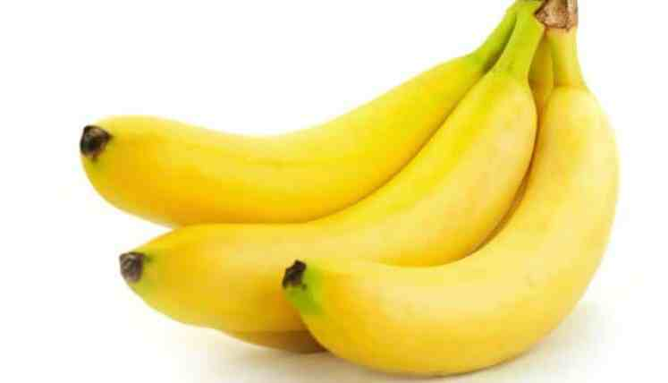 ما اللون الذي يظهر به الموز الاصفر عندما يضاء بواسطة