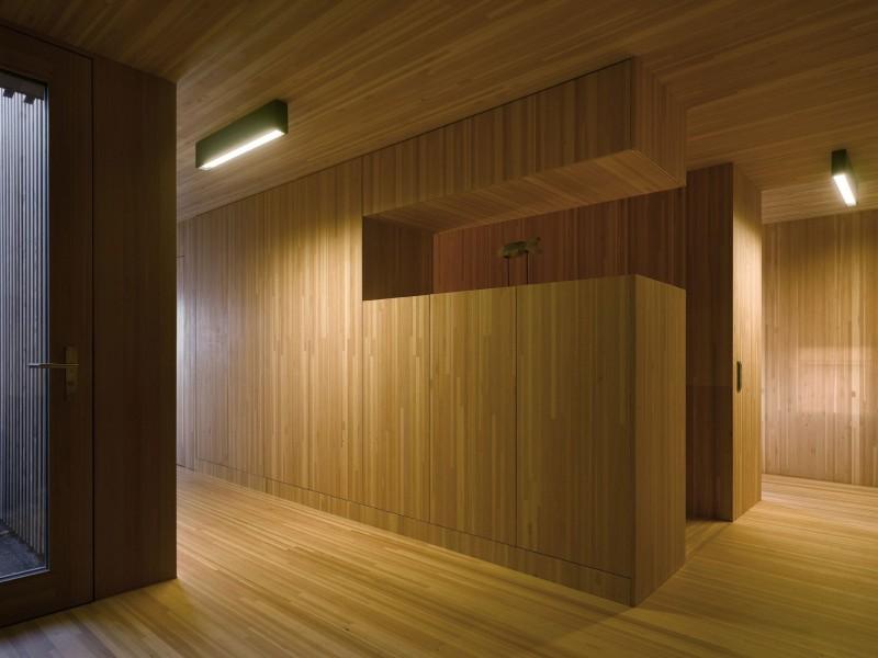 kuća-izvedena-u-kombinaciji-drvai-betona-13