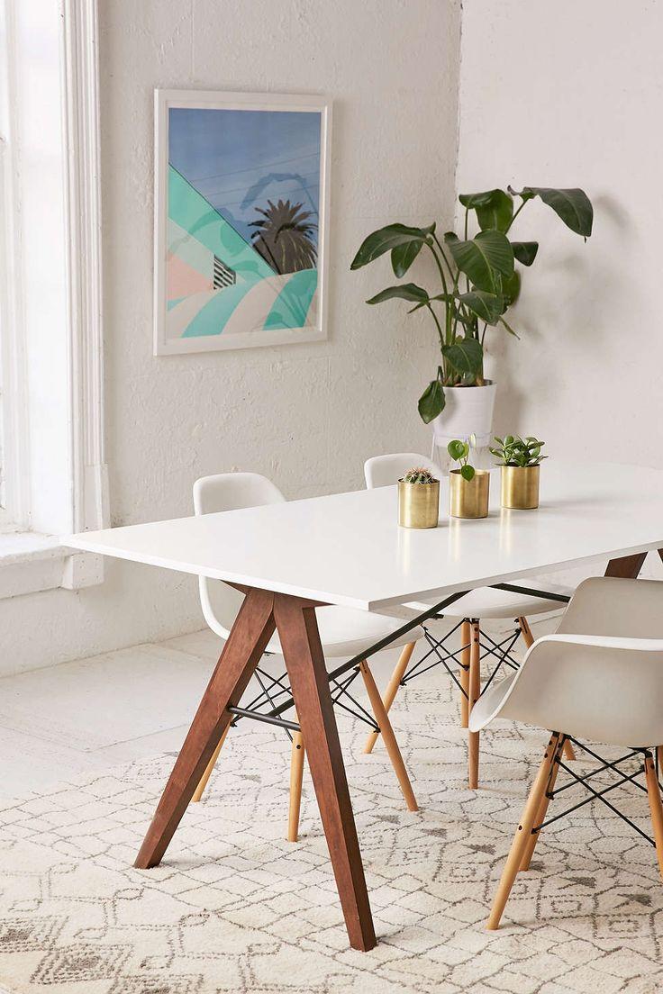 Bijeli stol u blagovaoni