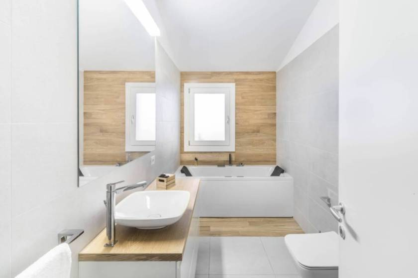 Tuš kabine i pločice sa teksturom drva