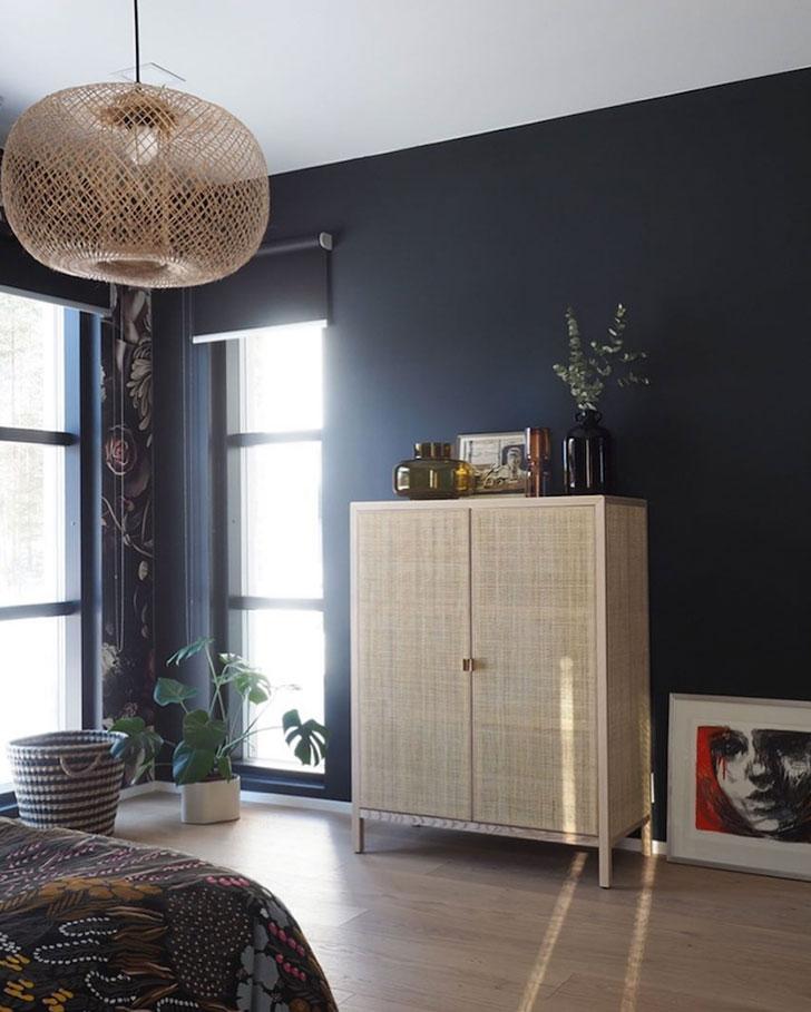 Svijetli stan i tamna spavaća soba cvijetnog uzorka