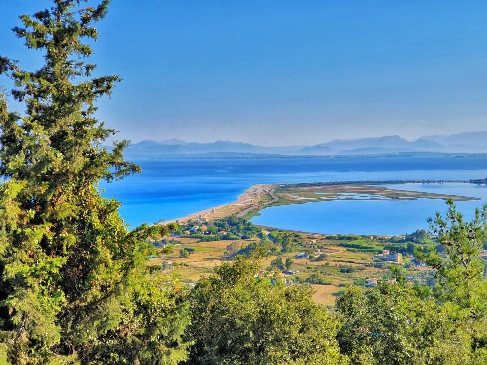 Pogled na plažu Agios Ioanis iz dvorišta manastira