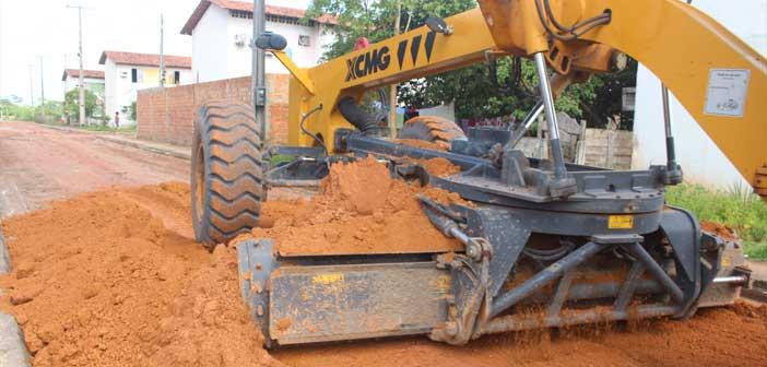 Serviços de limpeza e terraplanagem nos Condomínios Laércio Barbalho e Oton Gomes de Lima.