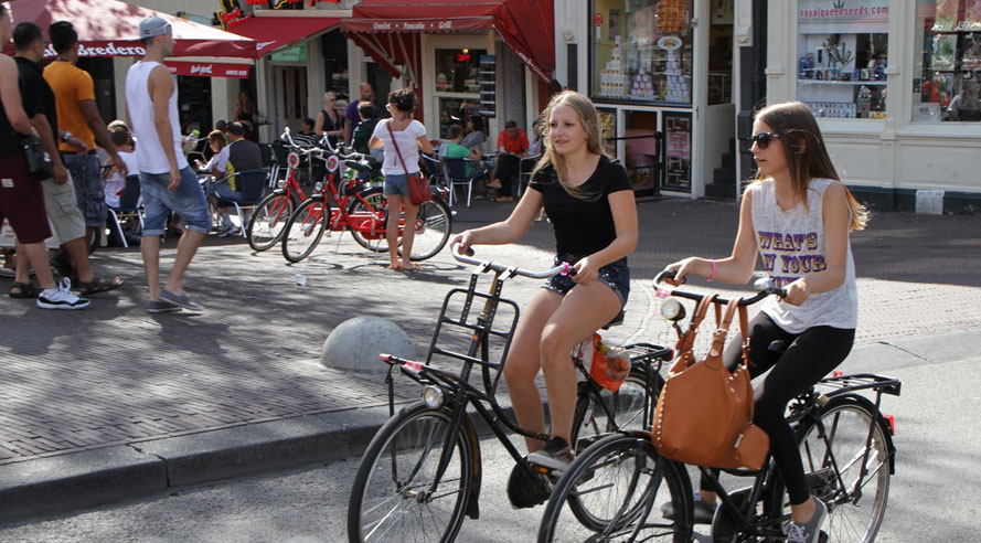 Zo overleef je 'the traffic jungle of Amsterdam' op de fiets