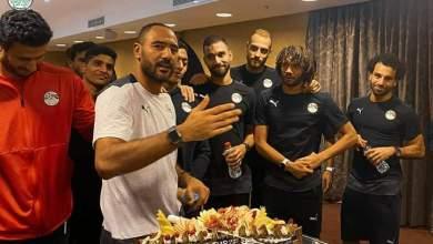 """صورة لاعبو المنتخب الوطني يحتفلون بعيد ميلاد """"محمد شوقي"""""""