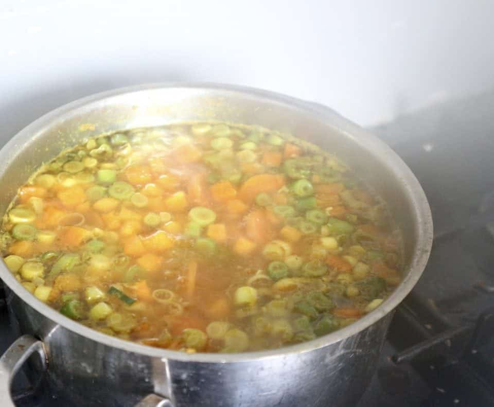 oranje groenten-pindasoep
