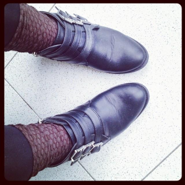 Day 4 sporty grounge con calzini Lou e boots con fibbie argentate