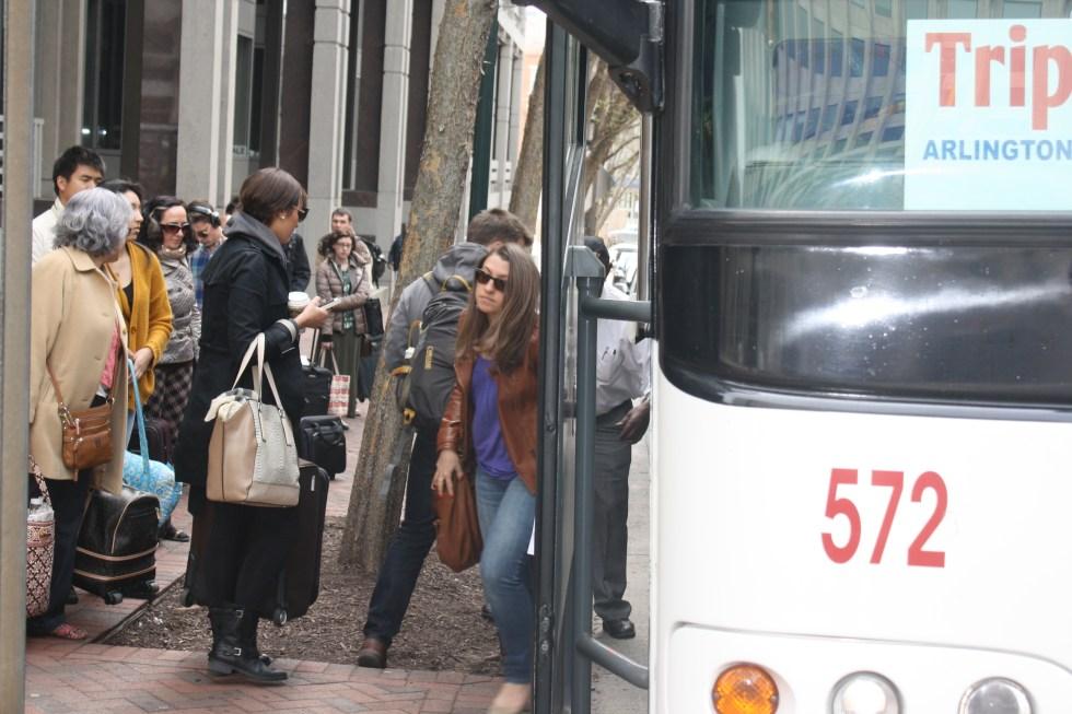 Passengers waiting to board TripperBus in Bethesda, MD. © Gritt Wehnelt