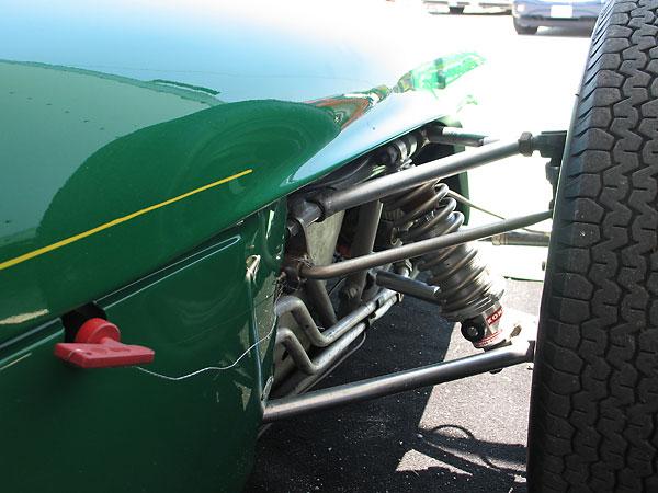 Detalle de la suspensión delantera del Lotus 18. Obsérvese como la barra estabilizadora es independiente de los triángulos.
