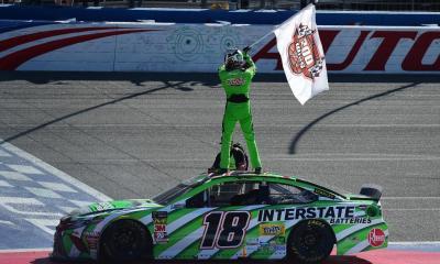 Kyle Busch celebra su victoria 200 en California