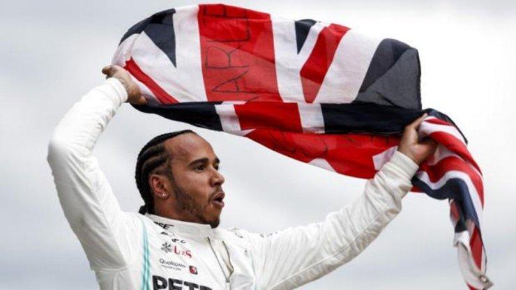 Hamilton celebrando su victoria en el Gran Premio del Reino Unido 2019