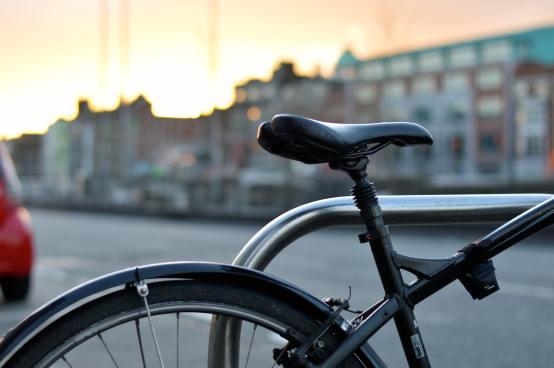 Bicicleta negra sobre fondo de edificios - Portones Shopping