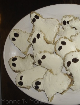 Even earlier than that...in 2008, Diego hosted some friends from school, at our house for a Halloween gathering. How fun are these cream cheese ghosts with raisins?