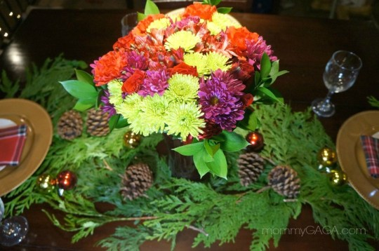 Decorate the Christmas dinner tabel with fresh flowers