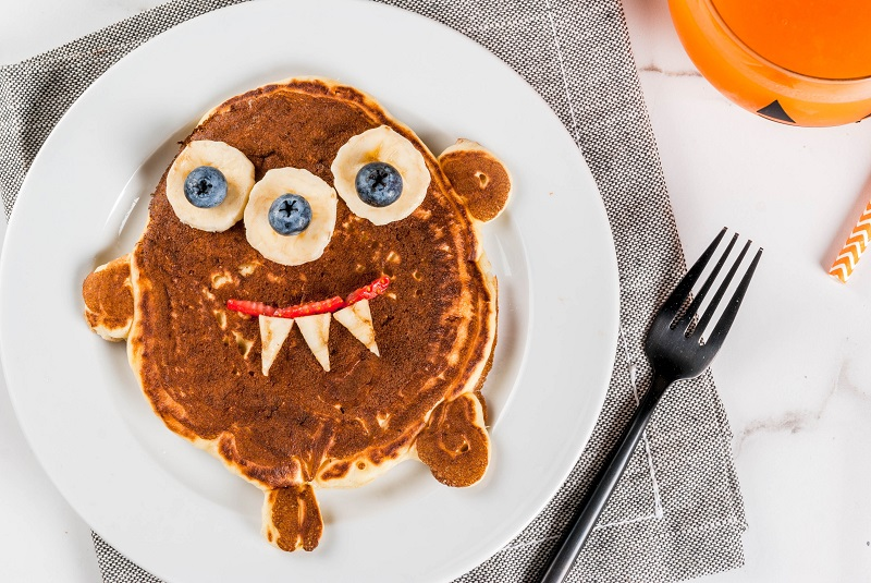 Easy Monster Pancakes make the perfect breakfast for Halloween Morning! Fuel up before the fun Halloween Festivities with these delicious fruit topped monster pancakes #Halloween #Monsters #FoodMonsters