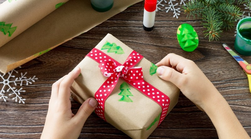 DIY Christmas Wrapping Paper Craft for Kids #ChristmasCraft #DIYChristmas #RecycledChristmas #GreenChristmas