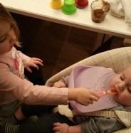 Grote zus geeft haar broer te eten