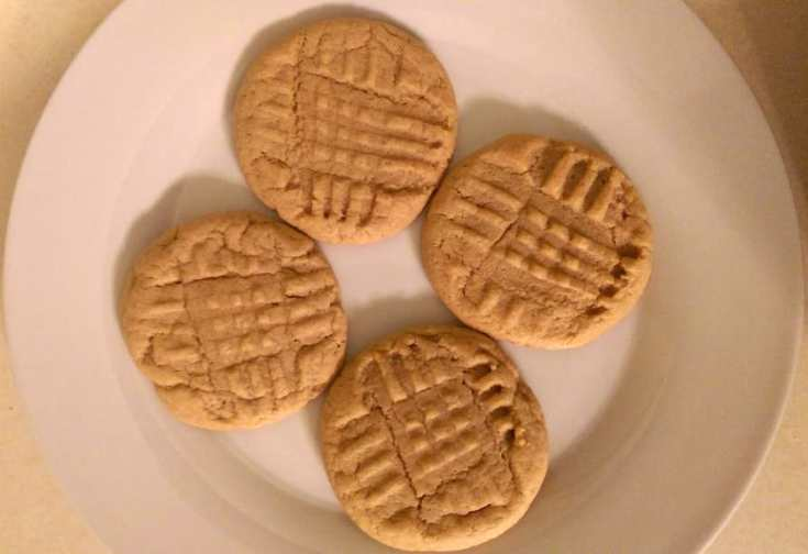 Soft Peanut Butter Cookie Recipe - www.momwithcookies.com #peanutbuttercookies #softcookies #recipe #cookies