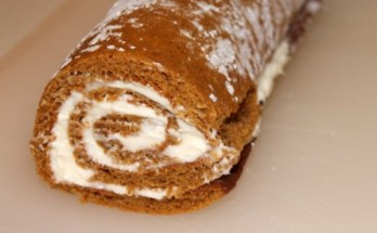 Easy Pumpkin Roll Recipe - www.momwithcookies.com #pumpkinroll #pumpkinrollrecipe #pumpkinrecipe #easypumpkinroll #pumpkinrollwithcreamcheesefilling #bestpumpkinroll #howtomakepumpkinroll