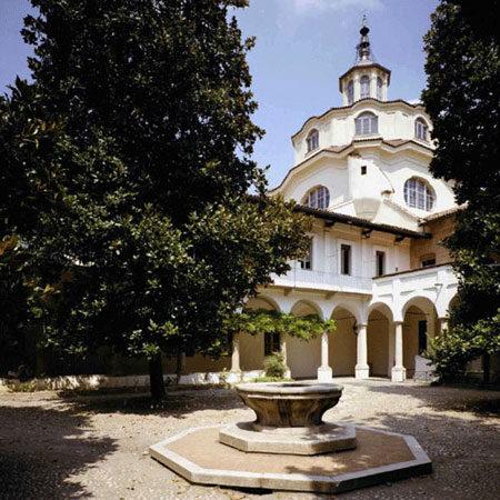 Ex-Ospedale San Matteo, Cortile delle Magnolie - Veduta del Cortile della Magnolie con la cupola centrale dell'Ex Ospedale San Matteo, iniziata da Francesco Sartirana nel 1770