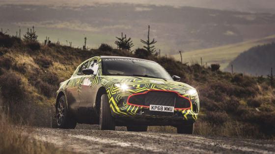 Aston Martin DBX de face