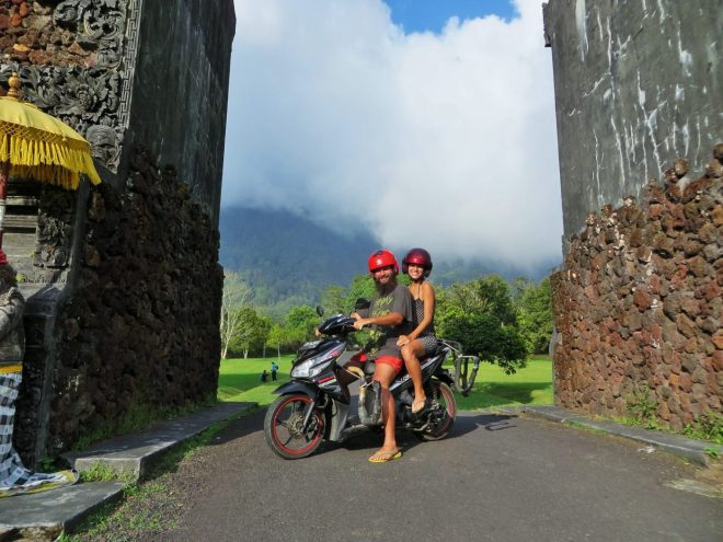 dirigindo em Bali