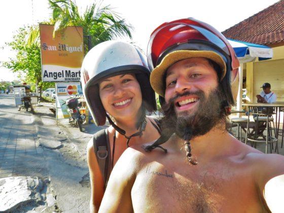 Tiago e Fernanda na moto na Tailândia