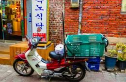Viagem na coreia do sul, uma moto estacionada em Seul