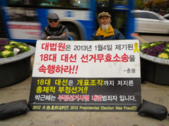 Two south koreans protesting in Seoul