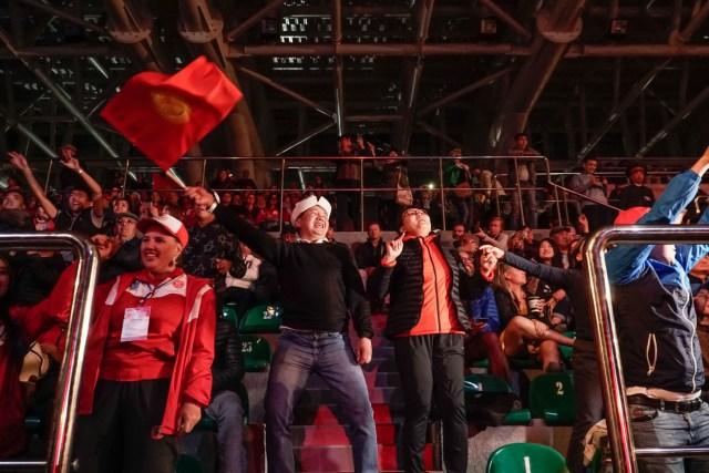 rapaz do quirguistão comemorando