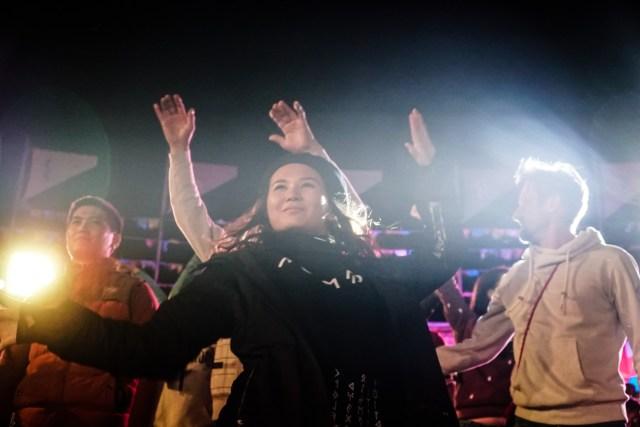 mulher do quirguistão dançando durante os Jogos mundiais nômades