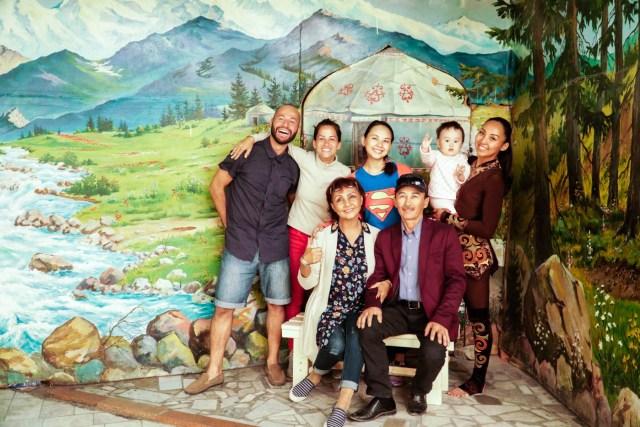 foto de familia no quirguistão com um fundo de papel nas montanhas