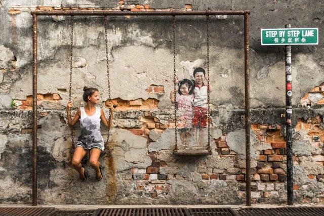 Fernanda swing in the street art in Penang