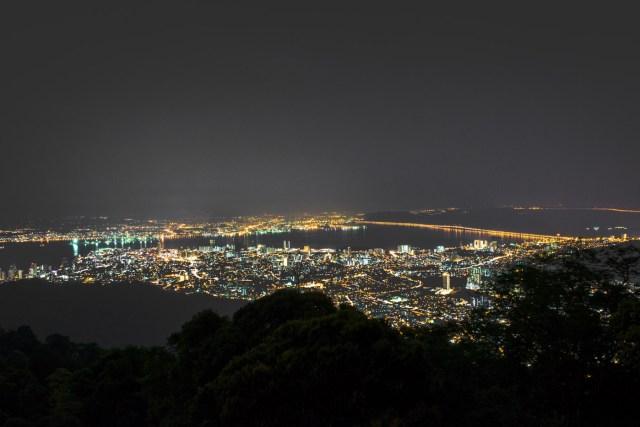 vista de Georgetown a noite do alto do morro de Penang