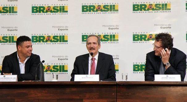 Ronaldo, le ministre des sports brésilien et le secrétaire général de la FIFA.