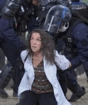 Indignation dans le monde contre la violente arrestation par la police française de Farida, une infirmière de 50 ans