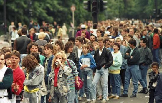 Larga cola de gente esperando