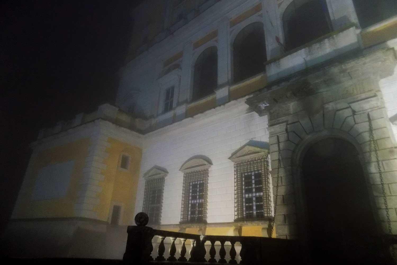 L'ingresso al Palazzo Farnese immerso nella nebbia
