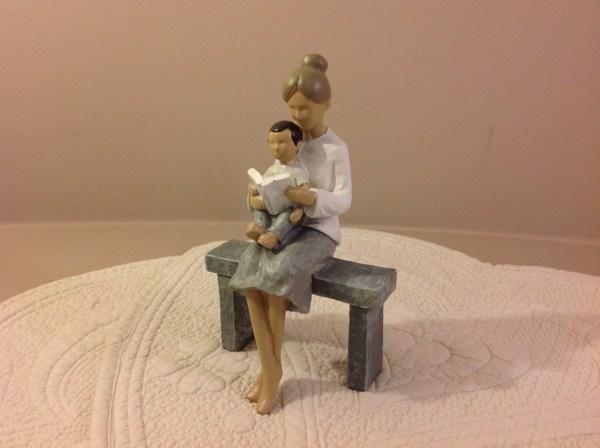 nonna con nipote su panchina in resina