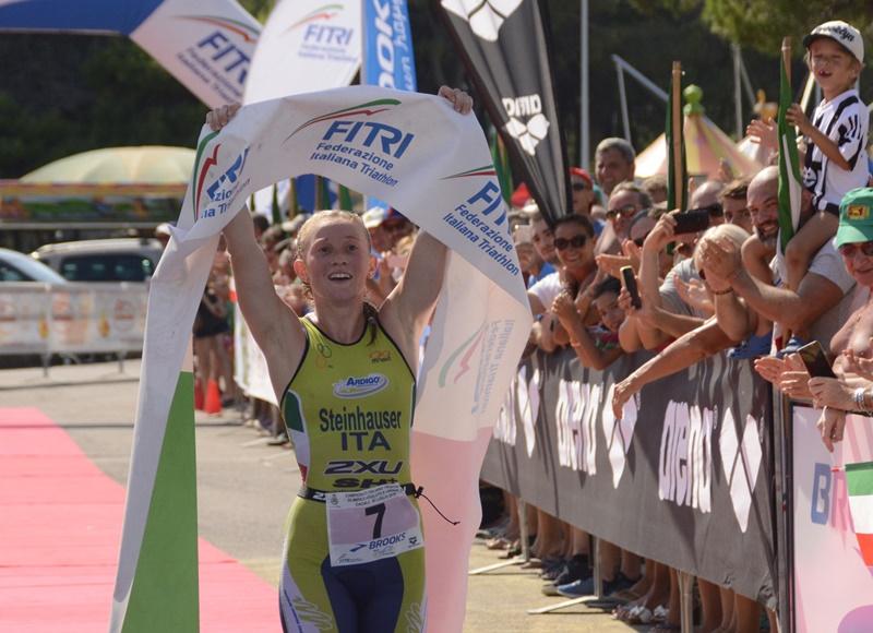 Il trionfo a Caorle di Verena Steinhauser, nuova campionessa italiana di triathlon olimpico 2016 (Foto: Massimo Pizzolato)