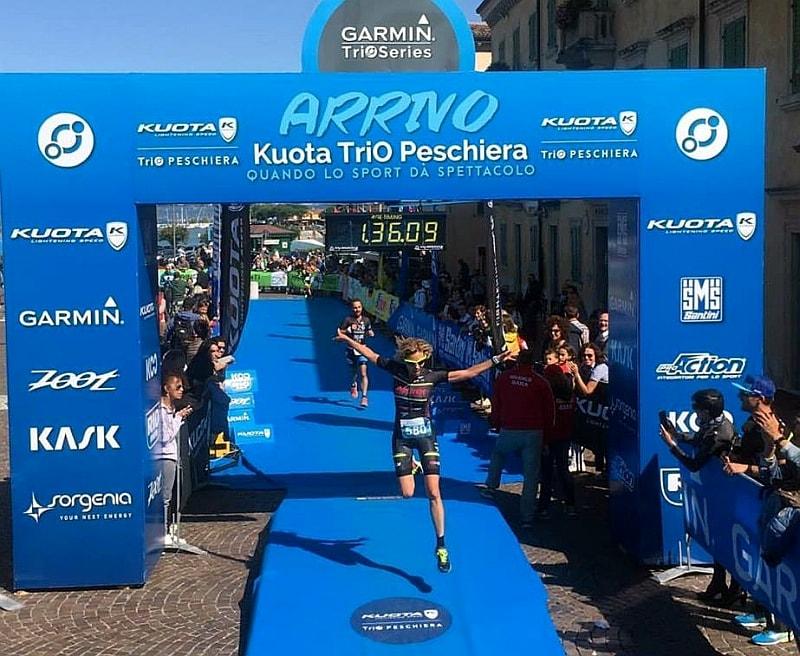 L'arrivo festante di Justine Mattera al termine del suo primo triathlon sprint, domenica 17 settembre 2017 al Kuota TriO Peschiera