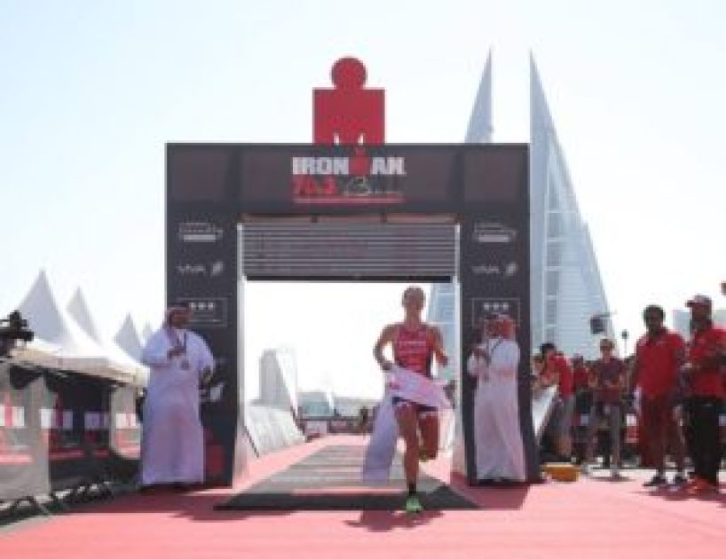 La britannica Holly Lawrence vince l'Ironman 70.3 Middle East Championship 2017, a Manama, in Bahrain