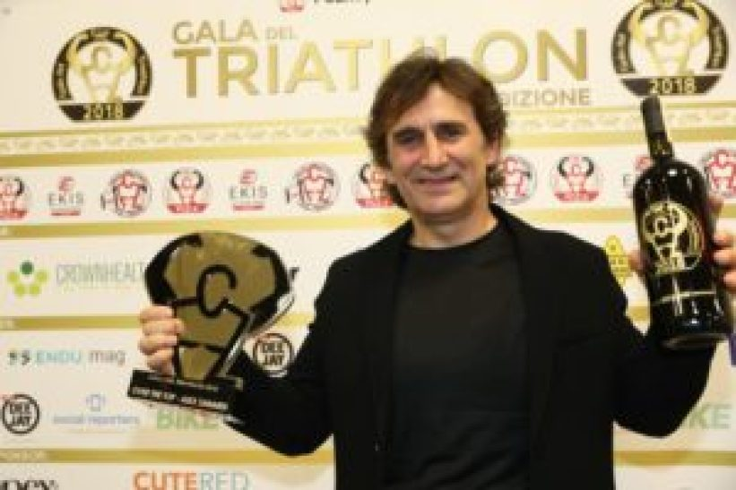 Alex Zanardi con la statuetta del Premio Over the Top al Gala del Triathlon 2018 (Foto ©Sergio Tempera)