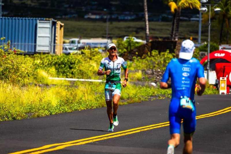 Lionel Sanders incita Patrick Lange durante la maratona dell'Ironman Hawaii World Championship 2018 (Foto ©Frank Hau)